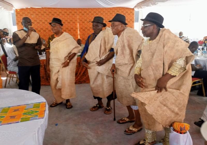 Présentation d'une tenue typiquement gban par quelques chefs traditionnels. (photo :  DR)