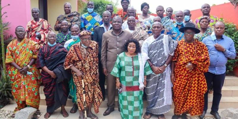 Le ministre Amedé Kouakou avec des membres de la délégation des chefs des tribus de Toumodi. (DR)