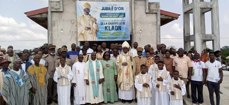 Les autorités religieuses, administratives et traditionnelles en compagnie de la ministre Anne Désirée Ouloto devant la chapelle. (DR)