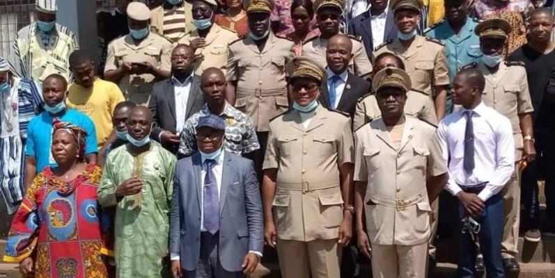 Le nouveau préfet, Jean Cyrille Attri (cache-nez au menton) à côté de l'ancien, Soro Kahaya. (DR)