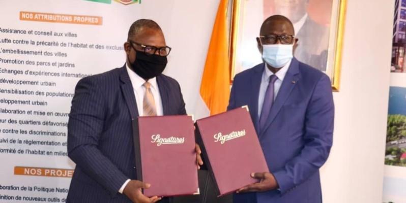 Échange de parapheurs entre le ministre Amichia (à droite) et le patron de Sophia SA. (DR)