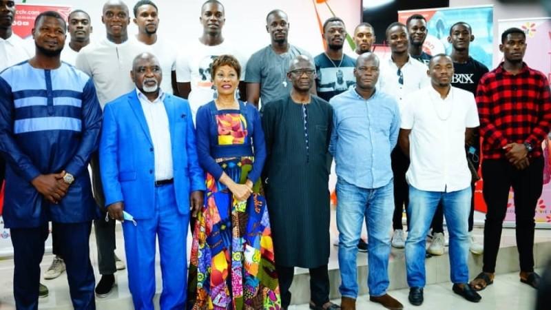 Le président Touré (2e à partir de la gauche) a présenté la nouvelle version de l'Abidjan basket-ball club, vendredi, à Abidjan. (DR)