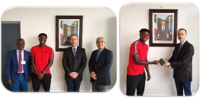 Eliakim Coulibaly, à gauche était heureux de réceptionner son nouveau passeport.
