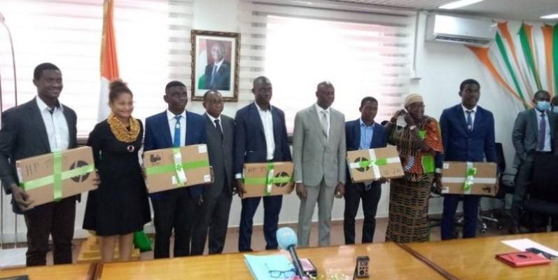 Le ministre Adama Diawara a offert un ordinateur à chacun des lauréats et les a exhortés à revenir servir leur pays au terme de leurs études.(DR)