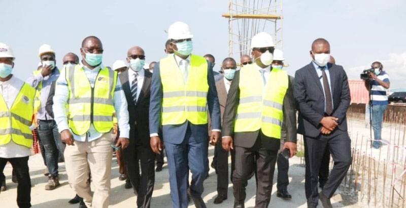 Le ministre de l'Équipement et de l'Entretien routier Amedé Kouakou (au centre) et ses collaborateurs ont visité plusieurs chantiers, pour s'enquérir de l'état d'avancement des travaux. (photo : Dr)