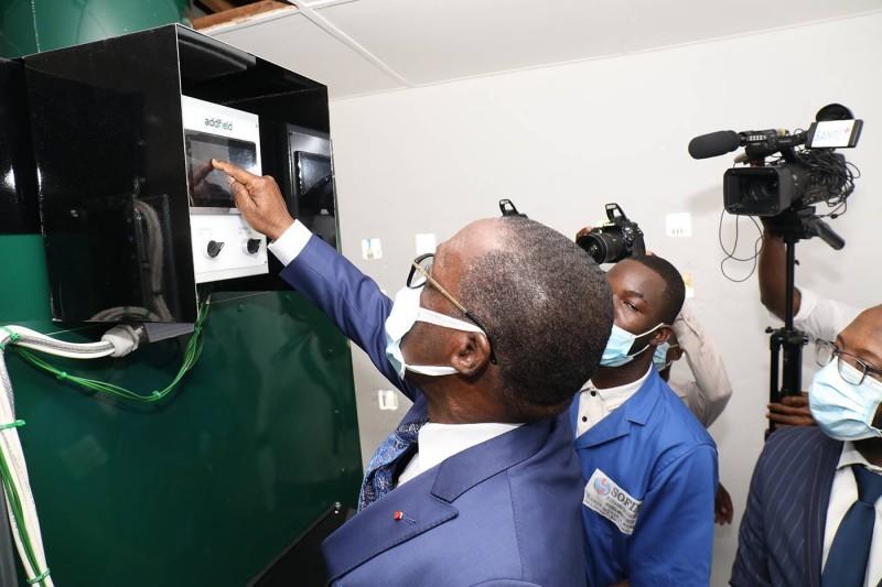 Le ministre Aka Aouélé mettant en marche l'un des incinérateurs de dernières générations.