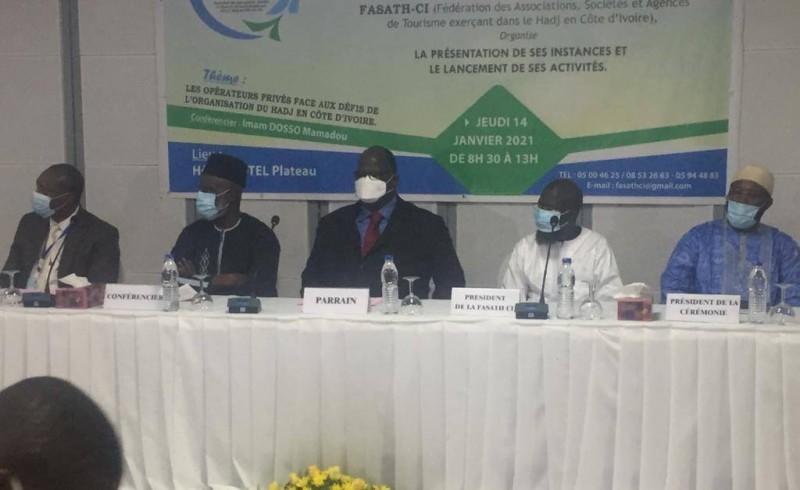 La table de séance avec le parrain, le ministre de l'Hydraulique, Laurent Bogui Tchagba