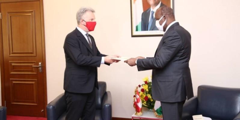 Le ministre Aly Coulibaly recevant les copies figurées du nouvel ambassadeur du Canada en Côte d'Ivoire. (Bavane)