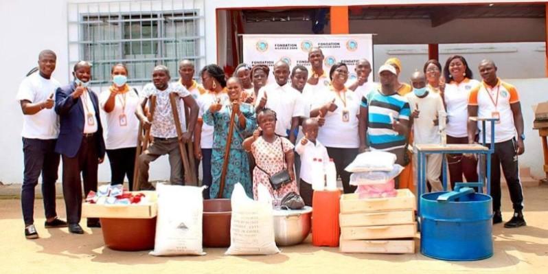Les membres de l'association, heureux de recevoir leur matériel. (DR)