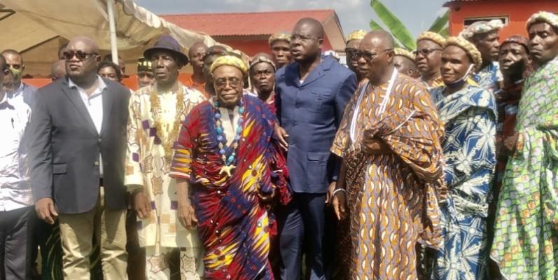 Le ministre Amedé Kouakou (au centre) avec à sa droite, le chef des chefs du Lôh Djiboua, Tégbo Aliko et la délégation des gardiens de la tradition de Tiébissou ont pris l'engagement d'œuvrer pour la cohésion sociale. (Sercom)