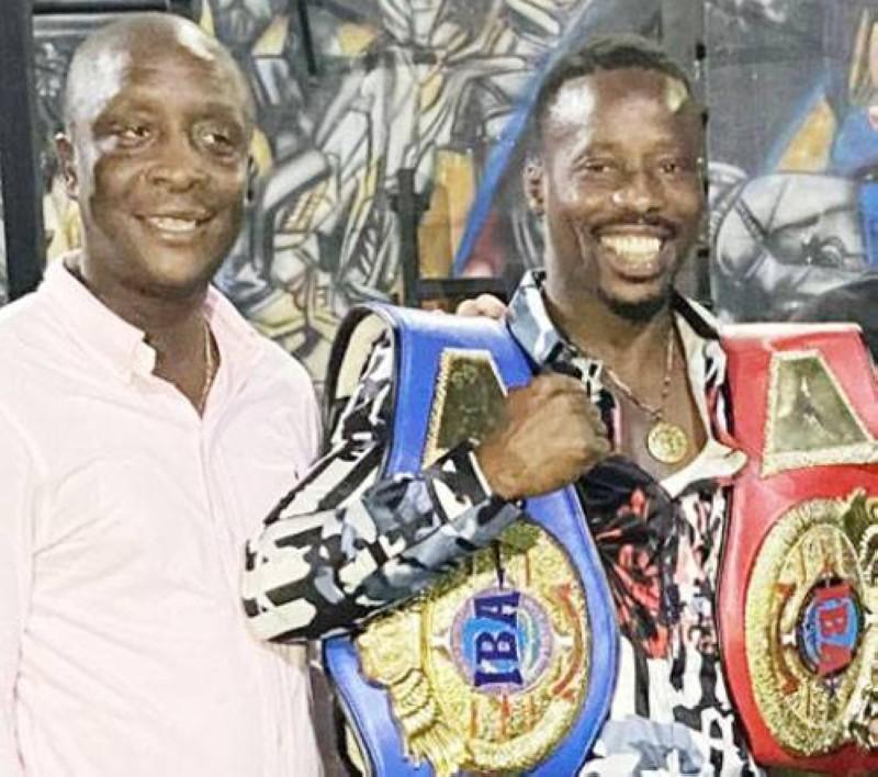 Le boxeur ivoirien Youssouf Doumbia (à droite avec ses deux ceintures) est le champion intercontinental IBA. (DR)