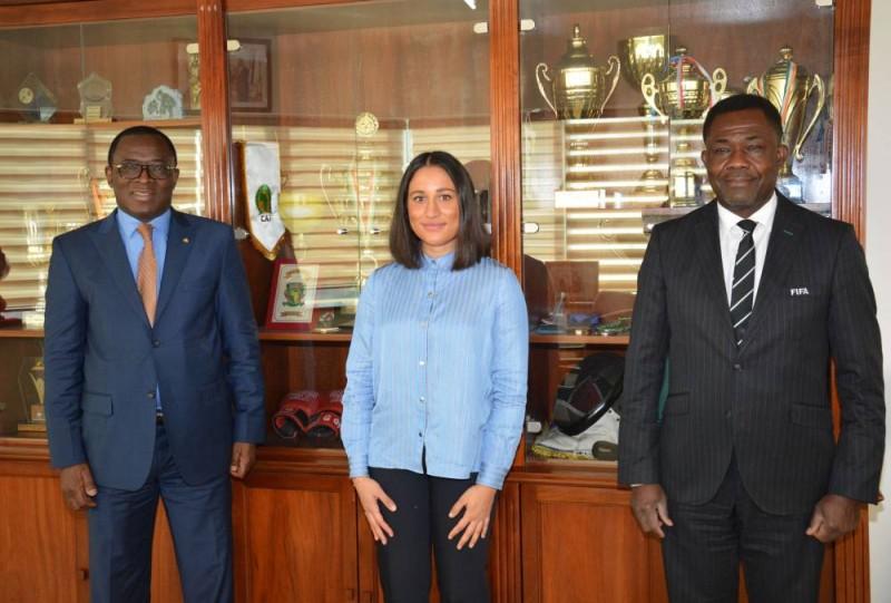 Le ministre des Sports, à gauche et les membres de la délégation de la Fifa, après l'audience qu'il leur a accordée, hier.