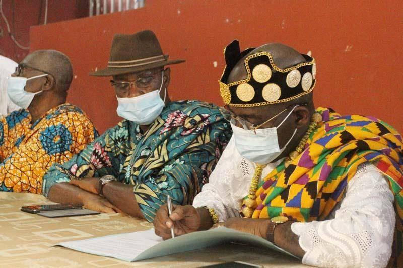 Le chef sortant, N'Gboba Simon, signant le document de la passation des charges (Photos Véronique Dadié)