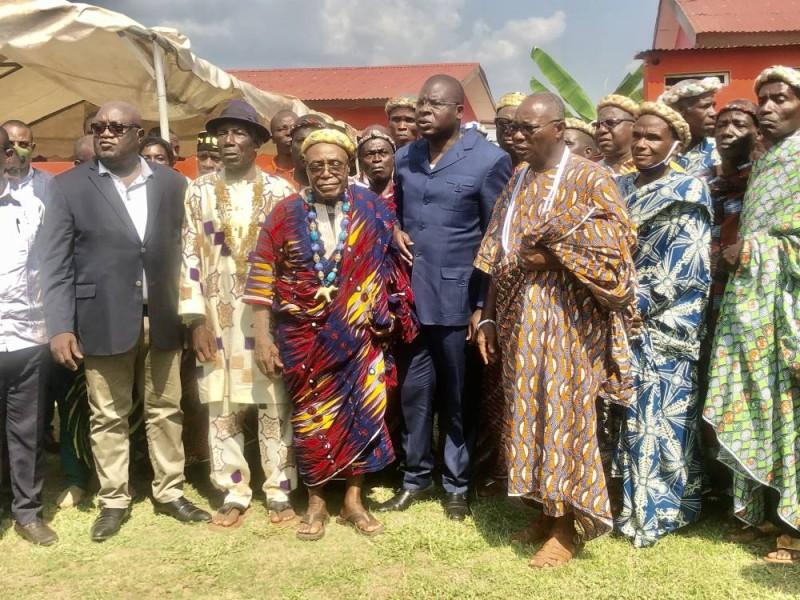 Le ministre Amedé Kouakou (au centre) avec à sa droite, le chef des chefs du Lôh Djiboua, Tégbo Aliko et la délégation des gardiens de la tradition de Tiébissou ont pris l'engagement d'œuvrer pour la cohésion sociale.