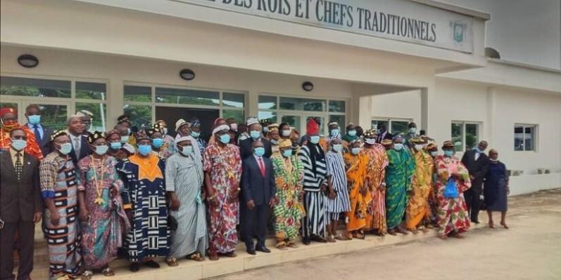 Le ministre Kouadio Konan Bertin entouré des rois. (DR)