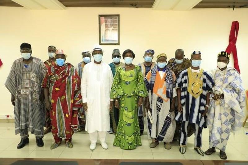 La ministre Mariatou Koné en compagnie de chefs traditionnels