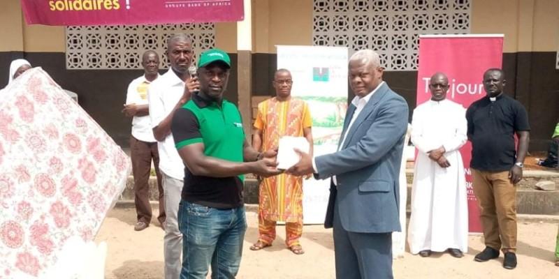 Remise symbolique des dons par le représentant de la Fondation BOA, Amon Akani (à gauche). (Photo : Sercom)