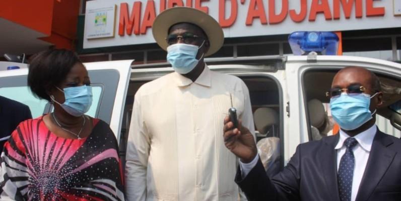 Dans l'enceinte de la mairie d'Adjamé, lors de la remise des clés de l'ambulance au représentant du ministre de la Santé, Dr Ekissi Ablé. (DR)