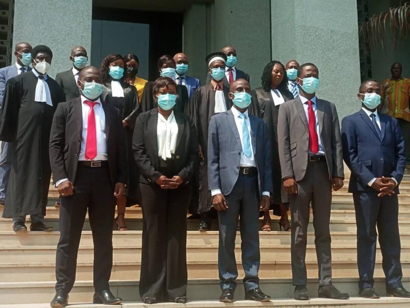 Les cinq inspecteurs au premier plan. Le Vice-président du tribunal et le Dg de l'Anac en arrière plan