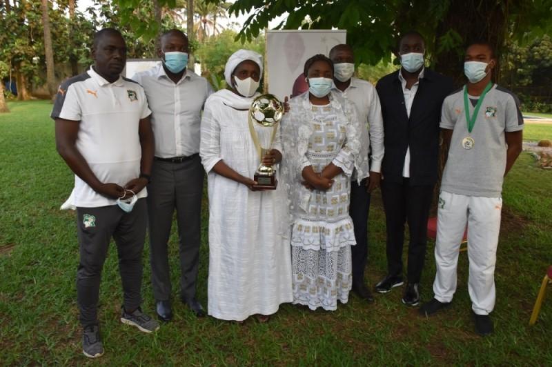 L'épouse et les enfants du président Sidy Diallo ont été honorés par les Eléphanteaux. (DR)
