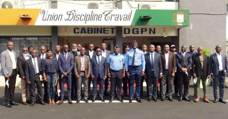 Le directeur général de police, Kouyaté Youssouf (en cravate) pose avec ses collaborateurs. (Photo : DGPN)