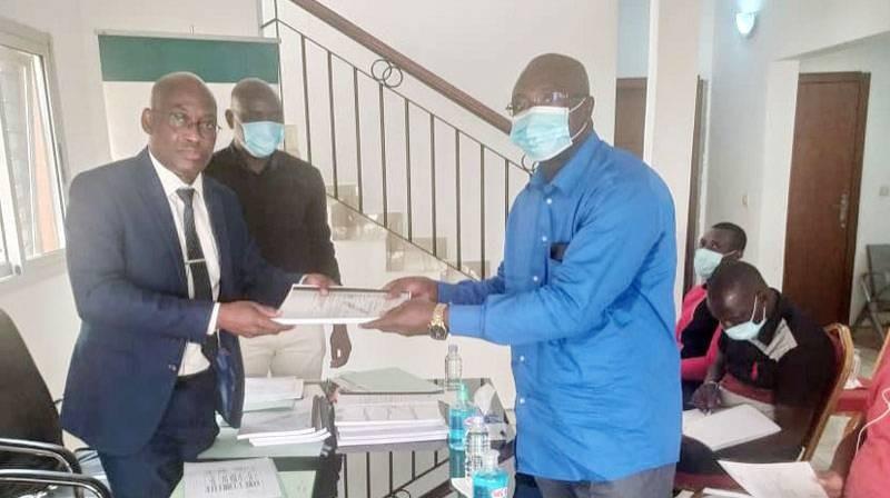 Jules Dally, 3e vice-président du Conseil régional de la Nawa (à gauche) a remis à chacun des représentants des entreprises exécutantes des projets, les documents du contrat.  (Dr)