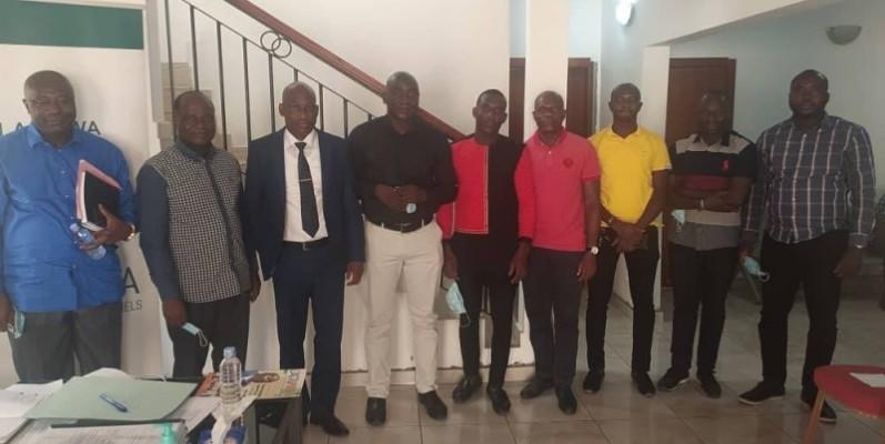 Photo de famille des responsables du Conseil régional de la Nawa et des représentants des entreprises ayant remporté l'appel d'offres après la remise des documents du contrat. (Dr)