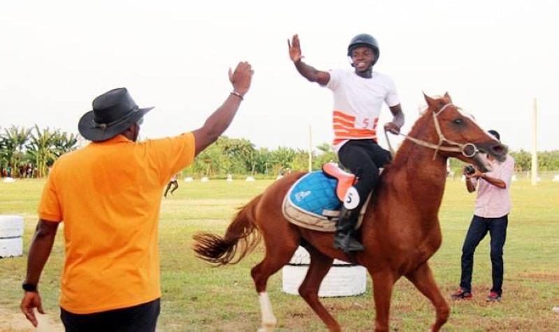Ousmane Lonfo (à cheval) vainqueur du Grand Prix de la Lonaci saluant le président de la Fie et ses équipiers pourront bientôt remonter à cheval. (DR)