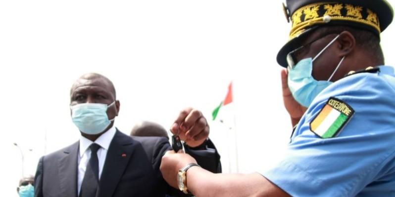 Le Premier ministre Hamed Bakayoko remettant les clés symboliquement les clés des véhicules au contrôleur général Yao Kouamé Joseph. (Sébastien Kouassi)
