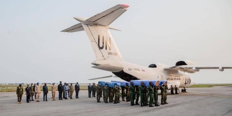 L'accueil des dépouilles des quatre soldats ivoiriens, à l'aéroport d'Abidjan. (Dr)