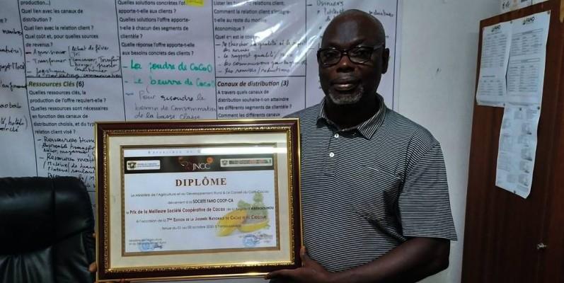Eugène Kouakou, Vice-Président de la société coopérative FAHO, heureux de recevoir sa distinction. (DR)