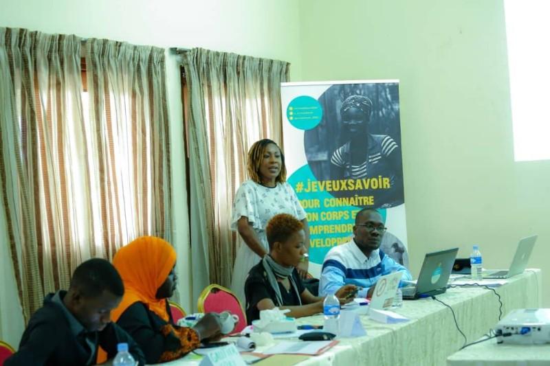 Mlle Tènin Ouattara (débout) chargée de plaidoyer à l'Ong MESSI, principale animatrice de l'atelier