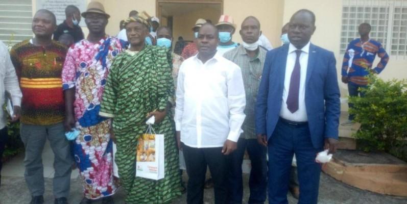 Le Pr Justin Koffi, directeur général de l'Arre en chemise blanche, avec à ses côtés le maire Jérôme Kouamé et des agriculteurs d'Attiégouakro.