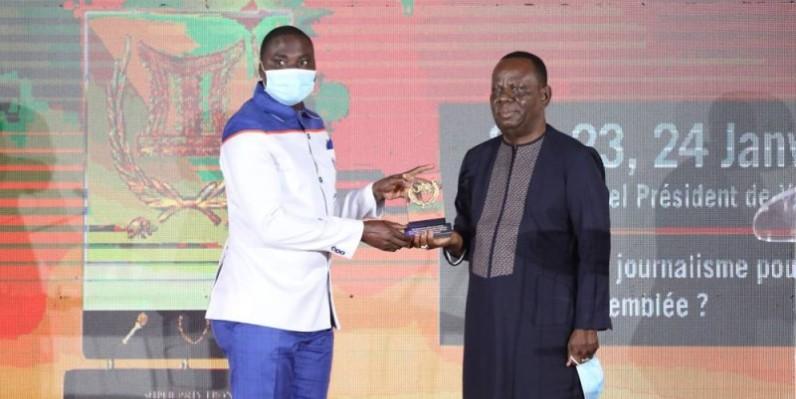 Le lauréat, à gauche, reçoit son prix des mains du Consul de la Côte d'Ivoire au Niger, à droite. (Dr)