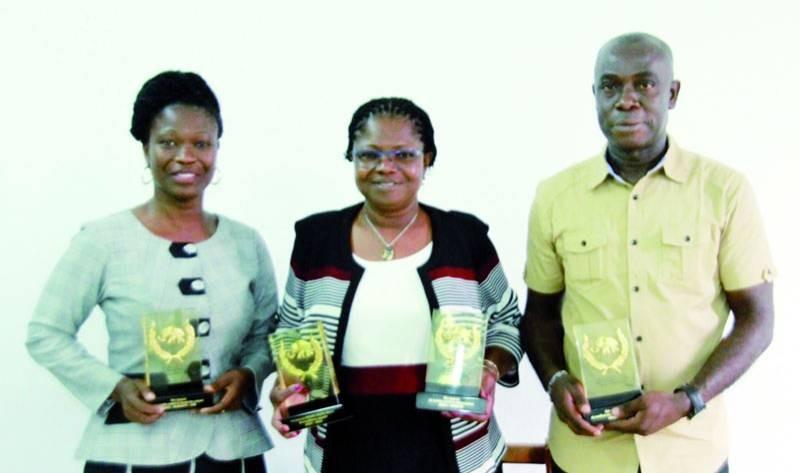 Les lauréats ont présenté leurs trophées au cours de la conférence de rédaction. (Photo : Sébastien Kouassi)