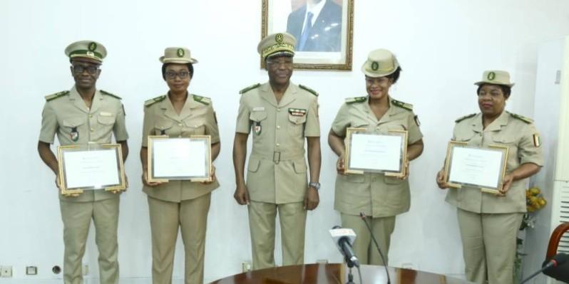 Le général Da Pierre Alphonse entouré des agents des douanes distingués pour leur engagement dans la riposte contre la pandémie de Covid-19. (DR)