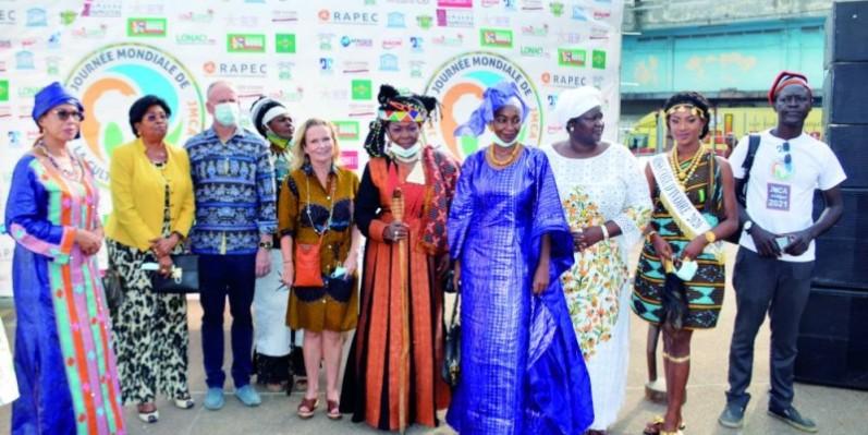 photo de famille autour de Anne Lemaistre, représentante de l'Unesco en Côte d'Ivoire (Photo Julien Monsan)