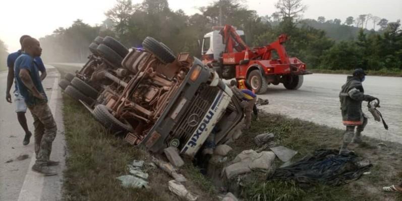 Le camion impliqué a déversé une quantité de son contenu (ciment) sur la voie. (Gspm)