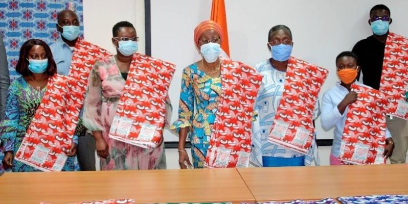 La ministre de la femme de la famille et de l'enfant, Ly Ramata Bakayoko (4e à partir de la gauche), et la représentante de la secrétaire d'État, chargée de l'autonomisation de la femme ( à sa gauche) en compagnie des journalistes. (DR)