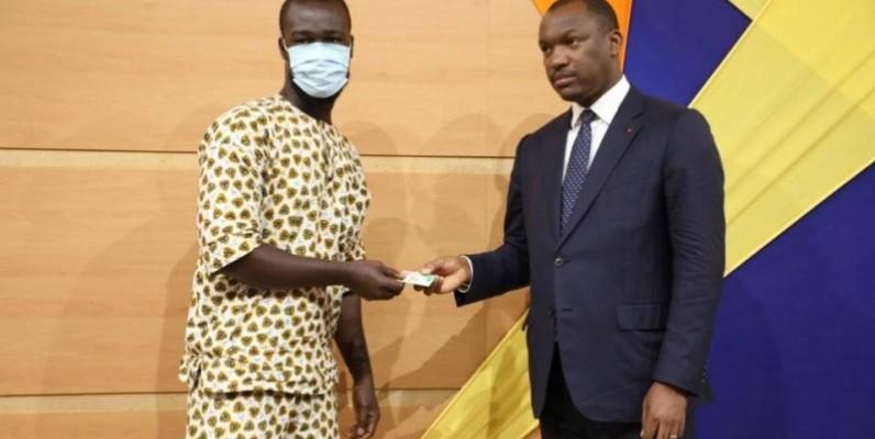 Le ministre Mamadou Touré remettant son permis de conduire à un bénéficiaire.(DR)