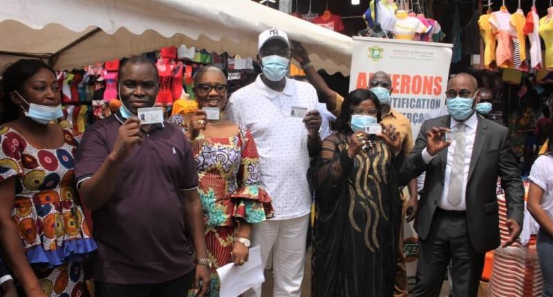Les commerçants ont été heureux de recevoir leurs cartes des mains du maire Farikou Soumahoro. (Dr)