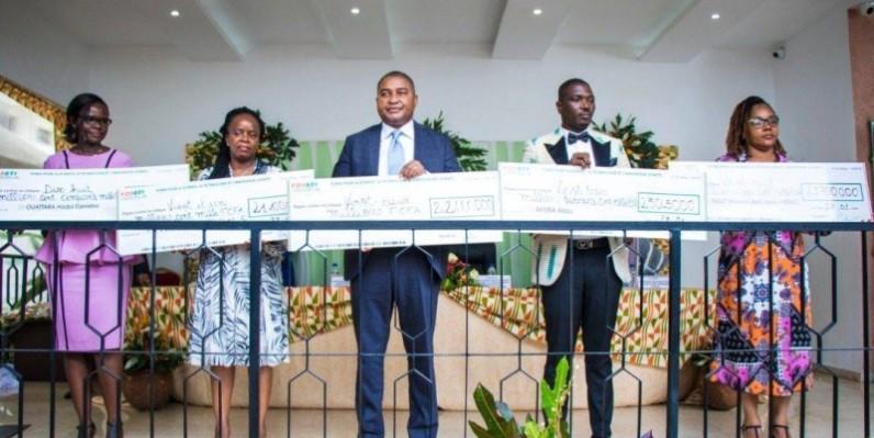 Une vue des cinq lauréats de l'appel à projets après la réception de leurs chèques. (Dr)