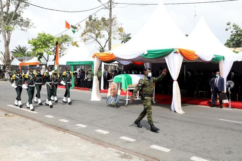 Le passage du drapeau et le défilé de troupes ont ponctué la cérémonie d'adieu à Marcel Zadi Kessy. (PhOTOS Bosson Honoré)
