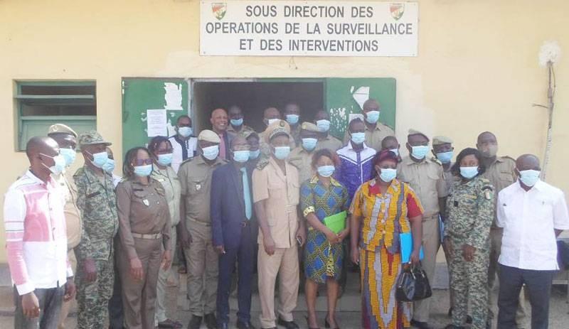 Ces agents des douanes et ces contrôleurs du ministère de l'Environnement et du Développement durable sont désormais outillés pour identifier les produits illicites commercialisés qui appauvrissent la couche d'ozone. (Photo : DR)
