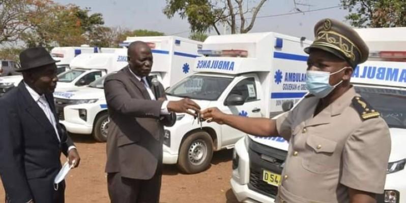 Le ministre Mamadou Sanogo, président du conseil régional du Bafing, procédant à la remise des clés des ambulances à l'autorité administrative (DR)