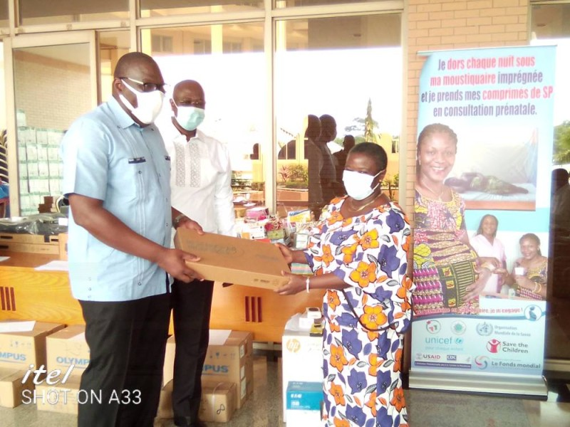 Le directeur général de la santé, le professeur Samba Mamadou, remet symboliquement du matériel à des directeurs régionaux et départementaux.