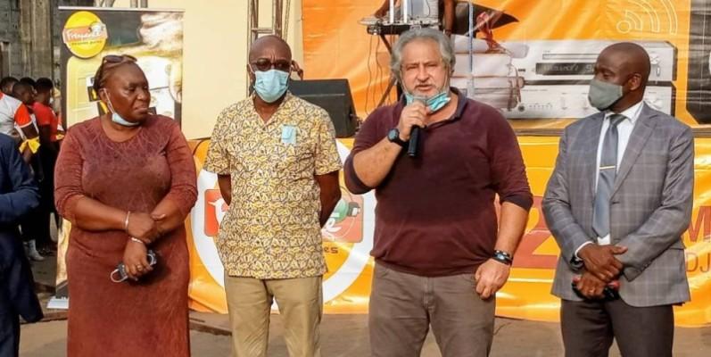 L'opérateur économique Mohamed Khalil (micro en main) et d'autres anciens de l'école ont prodigué de sages conseils aux élèves. (DR)