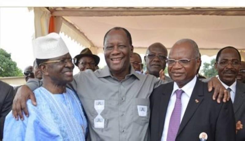 Le président Ouattara a tenu a réconcilier les fils de Sinématiali. Ici Laurent Dona Fologo et Tiémoko Yadé fumant le calumet de la paix