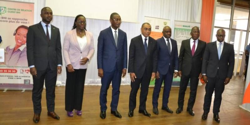 Le ministre Adama Coulibaly (à gauche) remettant symboliquement les cartes des membres de son Cabinet. (DR)