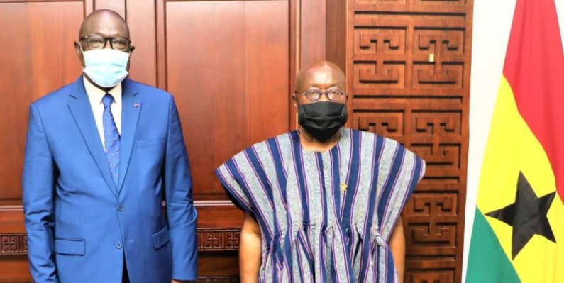 Le ministre ivoirien de la Ville, à gauche du Chef de l'Etat ghanéen, milite pour une candidature unique de l'Afrique de l'Ouest lors de l'élection du 12 mars, à Rabat. (Dr)